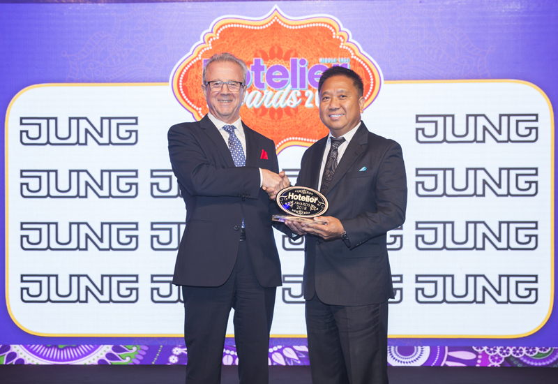 Butch Lim receives the Hotel Engineer of the Year awards from Jung's Tark Zakaria.