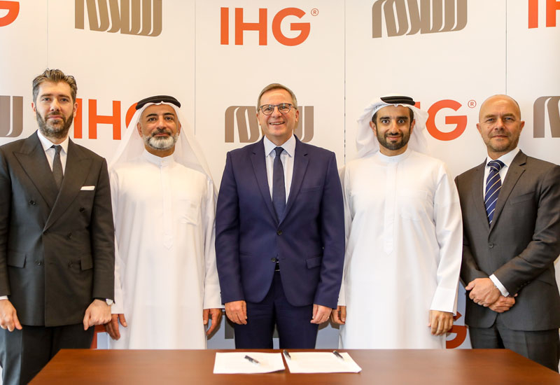 Members from IHG and SRG Holding signing the franchise deal