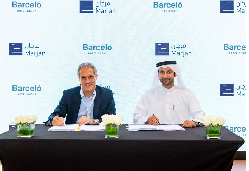 Raúl Gonzáles (left) and Abdullah Al Abdooli signing the agreement